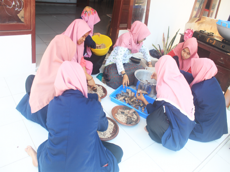 14-mahasiswi-unuja-kerjasama-dengan-ibu-pkk-desa-karanganyar-manfaatkan-olahan-abon-ikan-laut